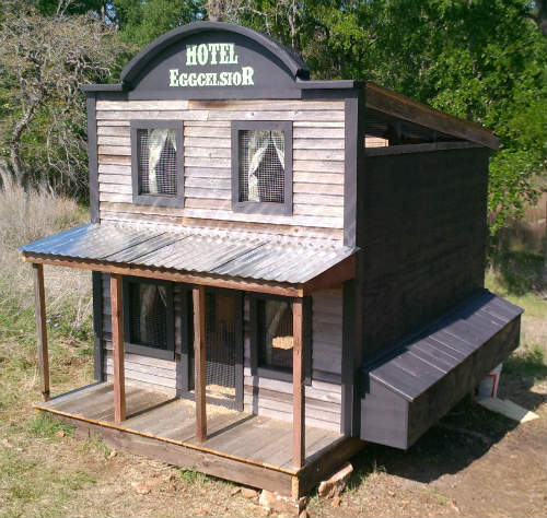 10 awesome diy chicken coop designs mental scoop for Diy small chicken coop